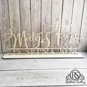 Velký dřevěný svatební stojan se jmény, příjmením novomanželů a datem svatby