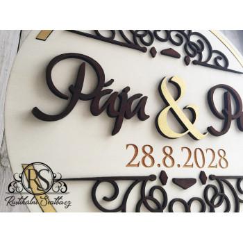 Velký dřevěný svatební kulatý stojan se jmény novomanželů