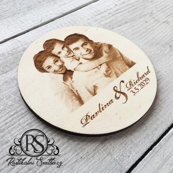 Svatební dřevěný tácek s gravírovanou fotografií.