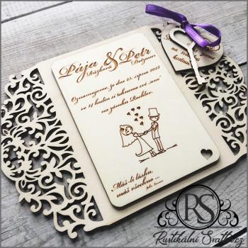 Dřevěné gravírované rustikální svatební oznámení.