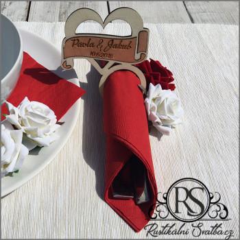 Dřevěný stojánek na ubrousek pro příbory na svatební tabuli