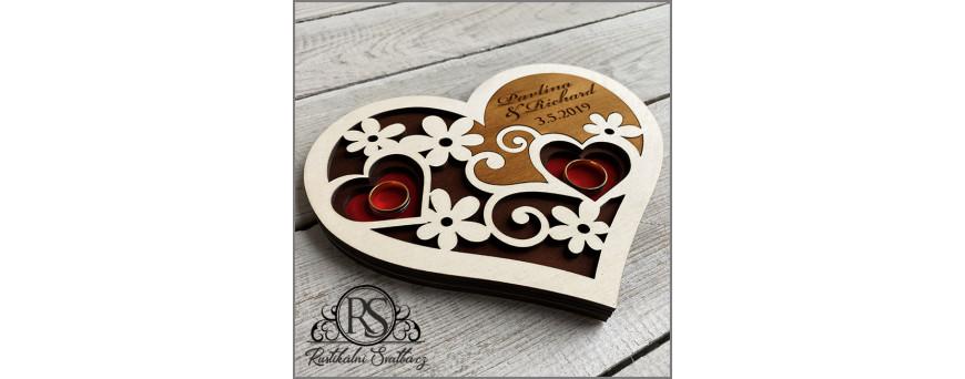 Dřevěné svatební tácky na snubní prstýnky jsou ručně vyráběné podle Vašeho zadání.