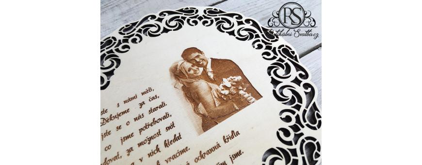 Gravírujeme Vaše fotografie na svatební dřevěné dekorace. V tuto chvíli jsme konečně s výsledky spokojeni a s využitím úplně nových technologických postupu výroby a našeho softwaru Vám můžeme vygravírovat Vaše fotografie plné detailů a stínování.